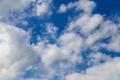 Nuvole contro cielo blu come fondo astratto fotografie stock