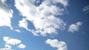 Nuvole contro il cielo blu luminoso archivi video