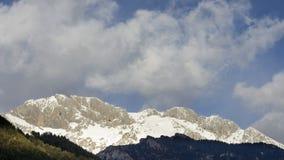 Nuvole correnti e pendii rocciosi nevosi del picco di Presolana, Italia Immagini Stock Libere da Diritti