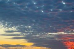 Nuvole crepuscolari nei precedenti del cielo blu Immagini Stock