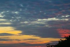 Nuvole crepuscolari nei precedenti del cielo blu Immagini Stock Libere da Diritti