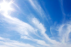Nuvole del cielo blu e raggi luminosi del sole immagini stock