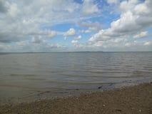 Nuvole del cielo del mare della riva Immagine Stock