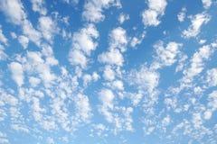 Nuvole del fondo con un cielo blu immagini stock libere da diritti