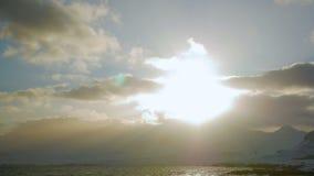 Nuvole del sole delle montagne della spiaggia di inverno stock footage