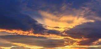 Nuvole dell'arancia di tramonto Fotografie Stock