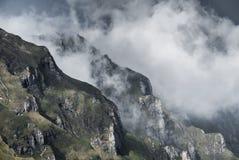Nuvole della montagna sopra le creste e le valli Fotografia Stock