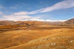 Nuvole della neve di autunno di vista aerea della steppa delle montagne Fotografia Stock