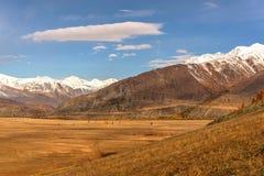 Nuvole della neve di autunno di vista aerea della steppa delle montagne Immagine Stock
