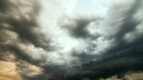 Nuvole della pioggia persistente Movimento lento al rallentatore video d archivio