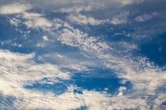 Nuvole della piuma in cielo blu profondo Immagini Stock Libere da Diritti
