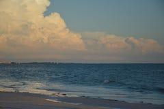 Nuvole della spiaggia Immagini Stock
