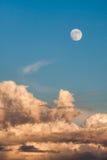 Nuvole di alba della luna piena Immagine Stock