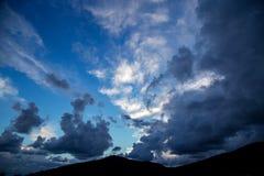 Nuvole di alba di tramonto sul cielo Fotografie Stock Libere da Diritti