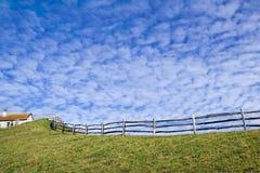 Nuvole di Altocumulus che si riuniscono a Lyme Regis Immagine Stock