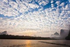 Nuvole di altocumulus di primo mattino fotografia stock