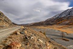 Nuvole di autunno del fiume della strada delle montagne Immagini Stock