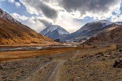 Nuvole di autunno del fiume della strada delle montagne Fotografia Stock Libera da Diritti