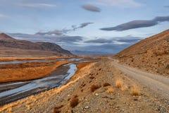 Nuvole di autunno del fiume della strada delle montagne Immagini Stock Libere da Diritti