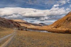 Nuvole di autunno del fiume della strada delle montagne Immagine Stock Libera da Diritti
