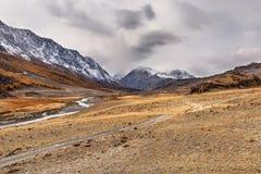 Nuvole di autunno della strada del fiume delle montagne Fotografia Stock Libera da Diritti