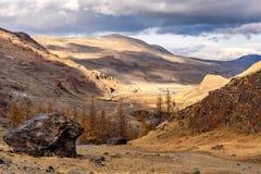 Nuvole di autunno della strada del fiume delle montagne Immagini Stock Libere da Diritti