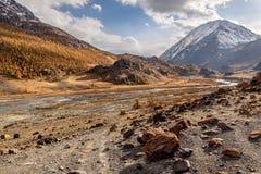 Nuvole di autunno della strada del fiume delle montagne Fotografia Stock