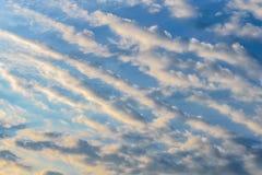 Nuvole di bianco del cielo del fondo Immagini Stock