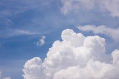 Nuvole di bianco e degli azzurri Fotografia Stock