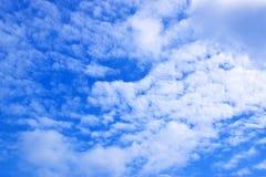 Nuvole di bianco e del cielo blu 171017 0124 immagini stock libere da diritti