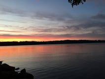Nuvole di crepuscolo di notte di tramonto dell'acqua del lago Fotografia Stock Libera da Diritti
