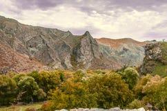 Nuvoledi Hurricaneche chiudono il cielo sopra il paesaggio della montagna di autunno Immagini Stock