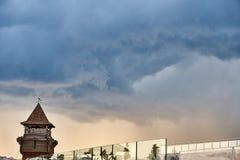 Nuvole di legno della torre e di tempesta dell'allerta Immagine Stock