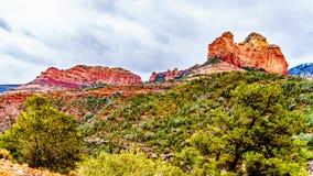 Nuvole di pioggia che appendono sopra le rocce rosse della collina di Schnebly ed altre rocce rosse al canyon di Oak Creek osserv fotografia stock libera da diritti