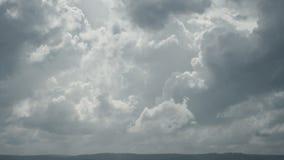 Nuvole di pioggia che muovono lasso di tempo veloce e completo del hd video d archivio