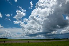 Nuvole di pioggia che si avvicinano sopra il terreno coltivabile, Saskatchewan, Canada immagine stock libera da diritti