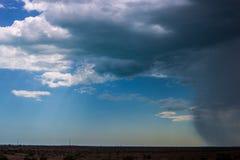 Nuvole di pioggia e pioggia che vengono dalla distanza Immagini Stock