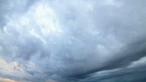 Nuvole di pioggia, inizio della pioggia. Lasso di tempo stock footage