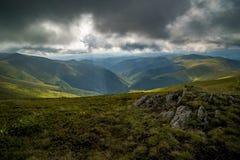 Nuvole di pioggia sopra Carpathians Panorama della cresta di Borzhava delle montagne carpatiche ucraine immagini stock libere da diritti