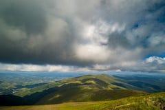Nuvole di pioggia sopra Carpathians Panorama della cresta di Borzhava delle montagne carpatiche ucraine fotografia stock libera da diritti