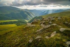 Nuvole di pioggia sopra Carpathians Panorama della cresta di Borzhava delle montagne carpatiche ucraine immagine stock libera da diritti