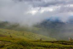 Nuvole di pioggia sulla cima della montagna Fotografia Stock