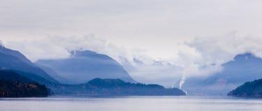 Nuvole di pioggia sulle catene montuose costiere BC Canada Immagini Stock Libere da Diritti