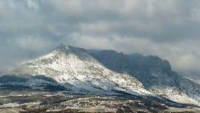 Nuvole di Snowy e sole sopra le montagne, lasso di tempo video d archivio