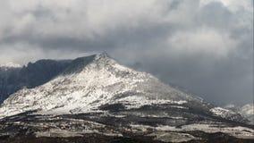 Nuvole di Snowy e sole sopra le montagne, lasso di tempo stock footage