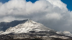Nuvole di Snowy e sole sopra le montagne, lasso di tempo archivi video