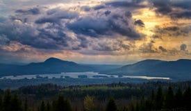 Nuvole di tempesta al tramonto della montagna fotografia stock