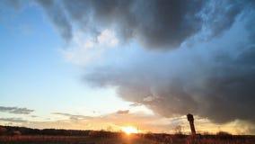 Nuvole di tempesta al tramonto. Lasso di tempo video d archivio