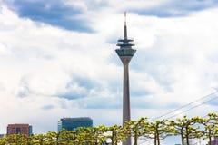 Nuvole di tempesta alte del cielo della costruzione della torre Germania Fotografia Stock
