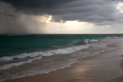 Nuvole di tempesta, tempesta che passa l'oceano, nuvole drammatiche dopo la linea della costa della tempesta fotografia stock